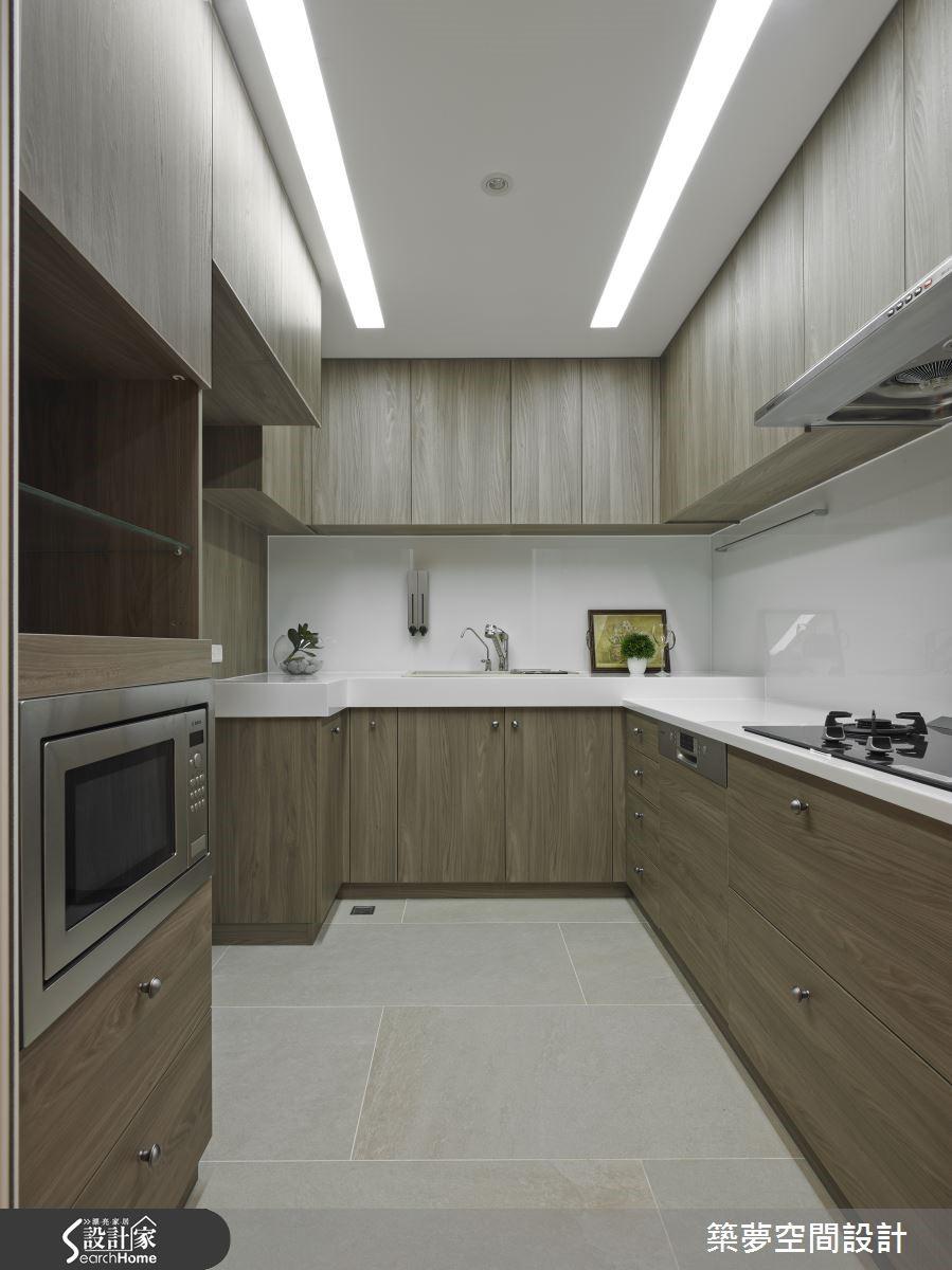 廚房依屋主身高打造機能完備的空間,冰箱隱藏於走廊古典線板門後,型塑完整風格。