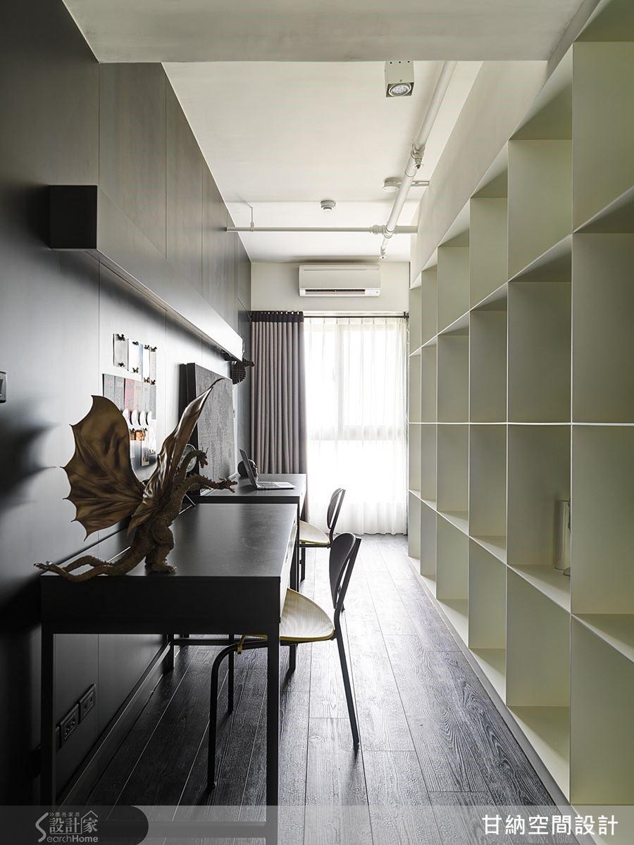 書牆的另一面即是閱讀書桌,需要安靜工作時可將兩端的出入口關上,就成了獨立的工作書房。