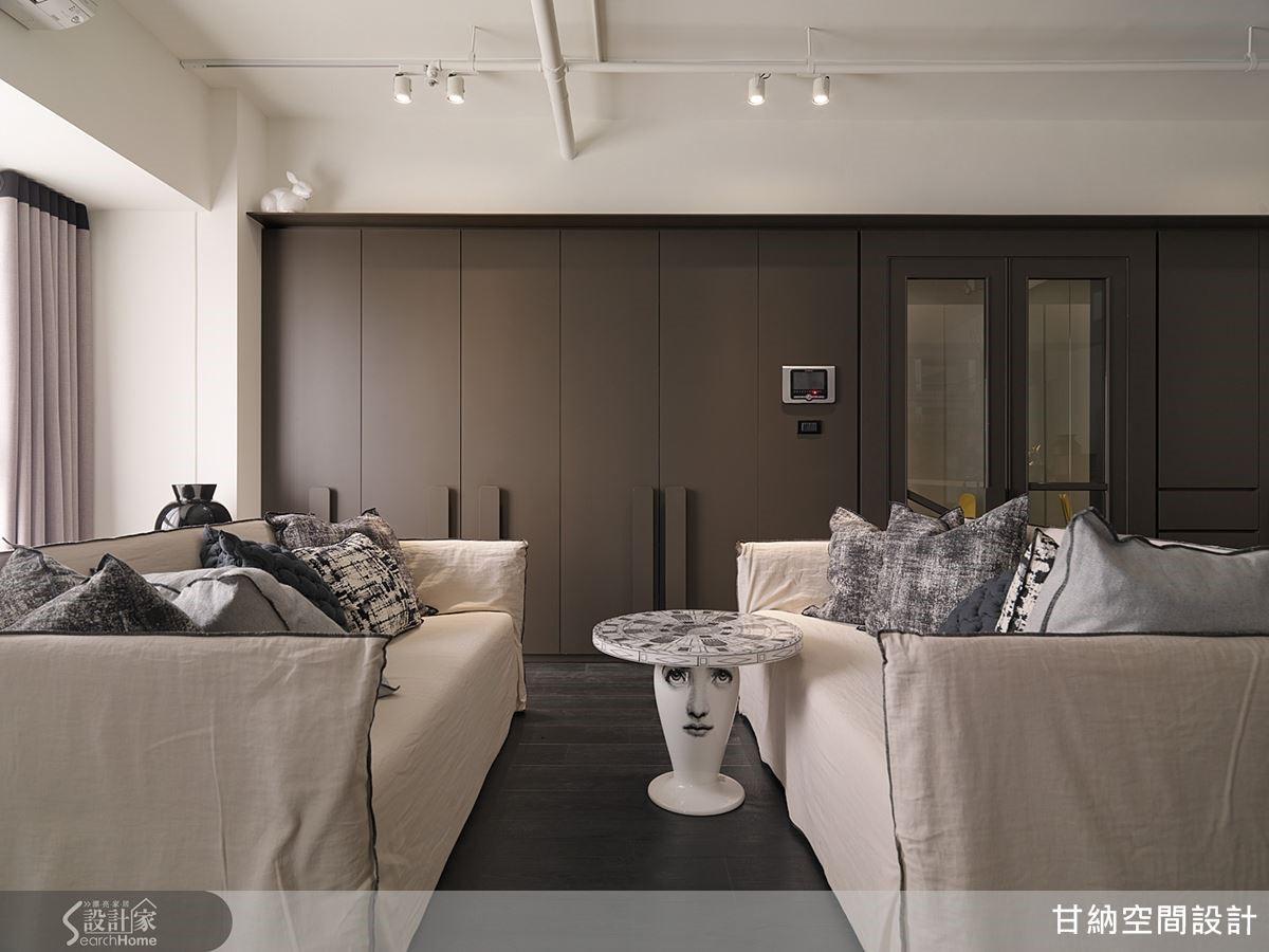 一般的沙發擺設總是面向電視,人的視野也因此受到侷限。設計師發揮巧思讓兩張沙發相對,創造更豐富的對話交流與分享。