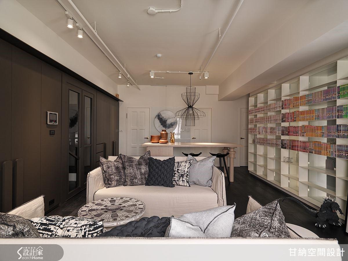 白色書牆與深色入口牆面相對,在平衡的空間感中更顯出一股自在輕盈的氛圍。
