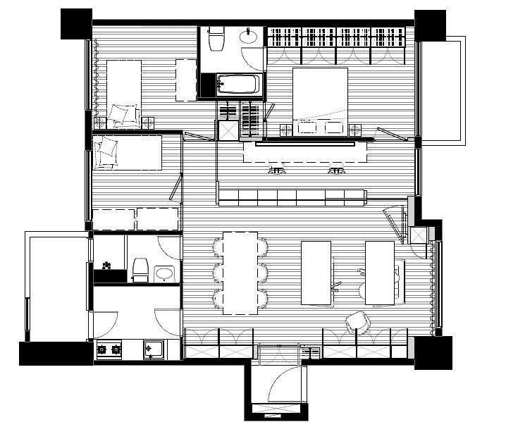 設計師將其中一個房間的隔間思維翻轉出來,讓漫畫的收納機能成為空間的設計主題,而書牆兩側的動線也藉由回字型的規劃,拓寬了公共區域並消除了多餘的走廊,同時也讓採光充足均勻地進入整體空間。