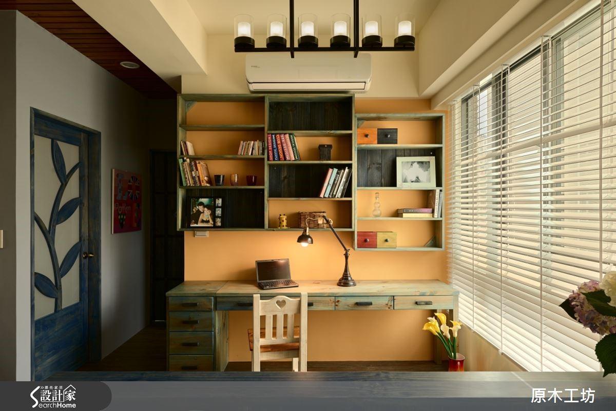 淺藍色刷色書桌增添仿舊感,錯落的懸空書櫃與粉橘色牆面形成對比,為寧靜氛圍增添撞色意趣。靛藍實木門雕畫出植物意象,帶給空間自然活力。