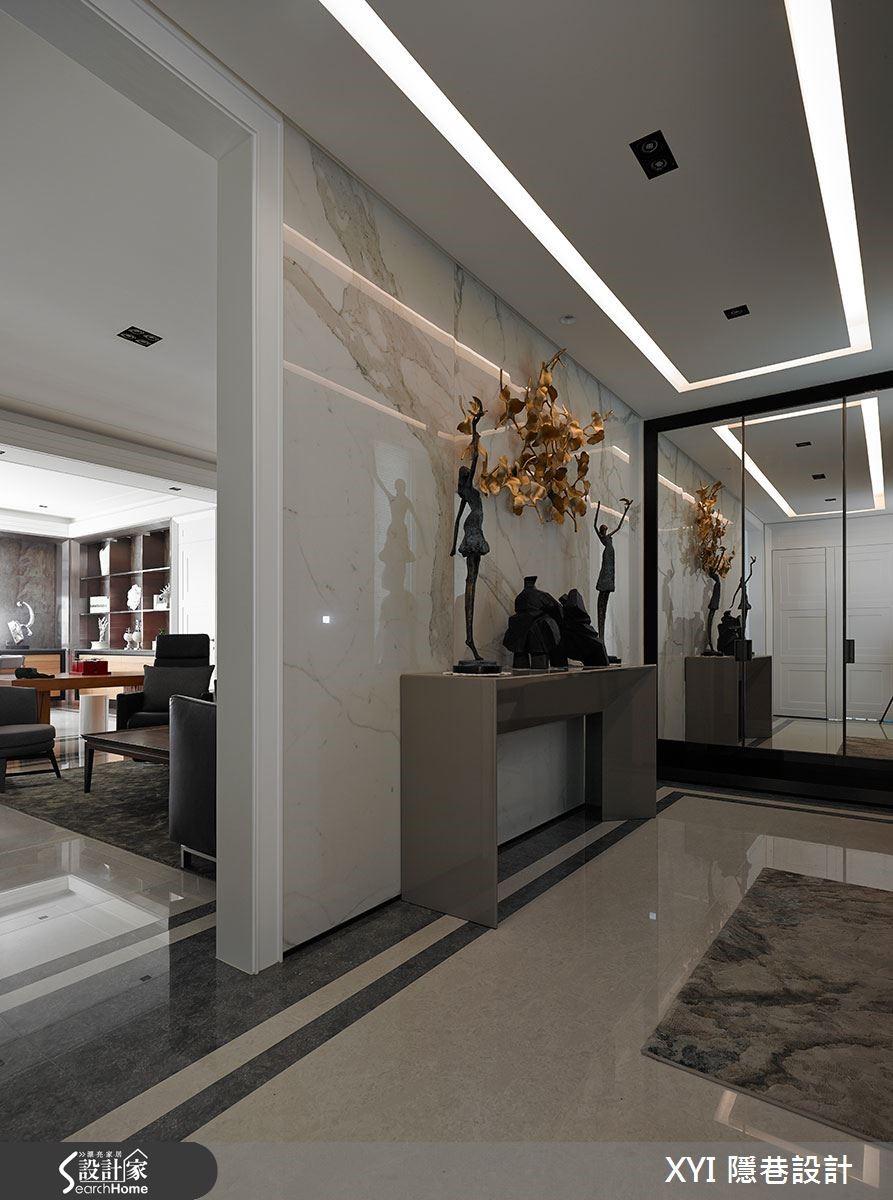 為了注重居住品質及健康問題的屋主設想,玄關選用仿真度極高的義大利進口的仿大理石紋磚取代大理石。