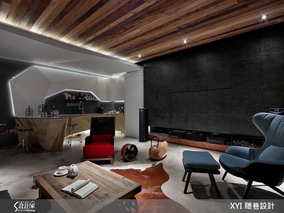 天花板則利用梧桐木由屋主親自火燒,讓每一片木頭都有不同的色彩,沙發牆面則選用火頭磚再加工,強調出比文化磚質感還真實牆面,地板則運用磐多磨讓工業風格更完整。