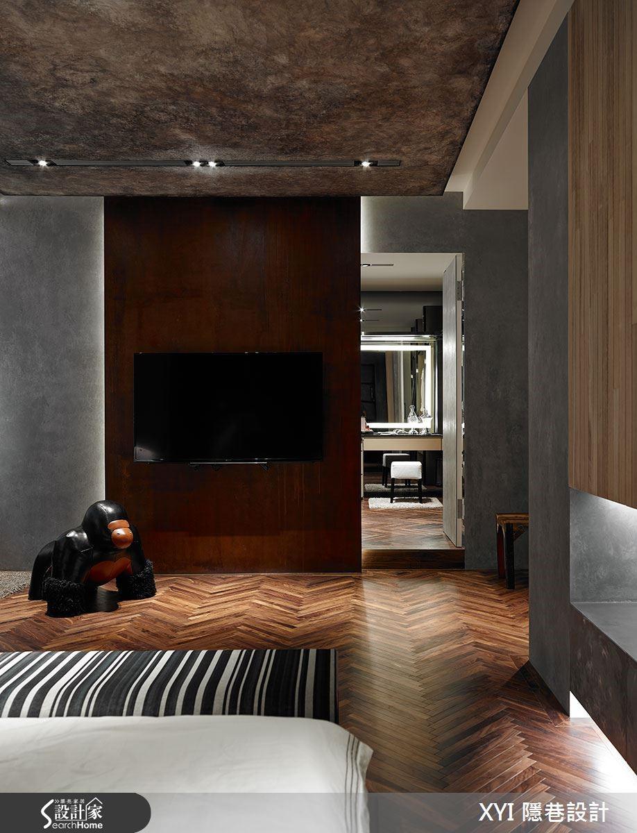 臥房則使用 2 公分胡桃實木人字拼地板,並加入羊皮格漆、梧桐木、繃皮及工業風格燈具等,不喜歡裝修但重視質感。