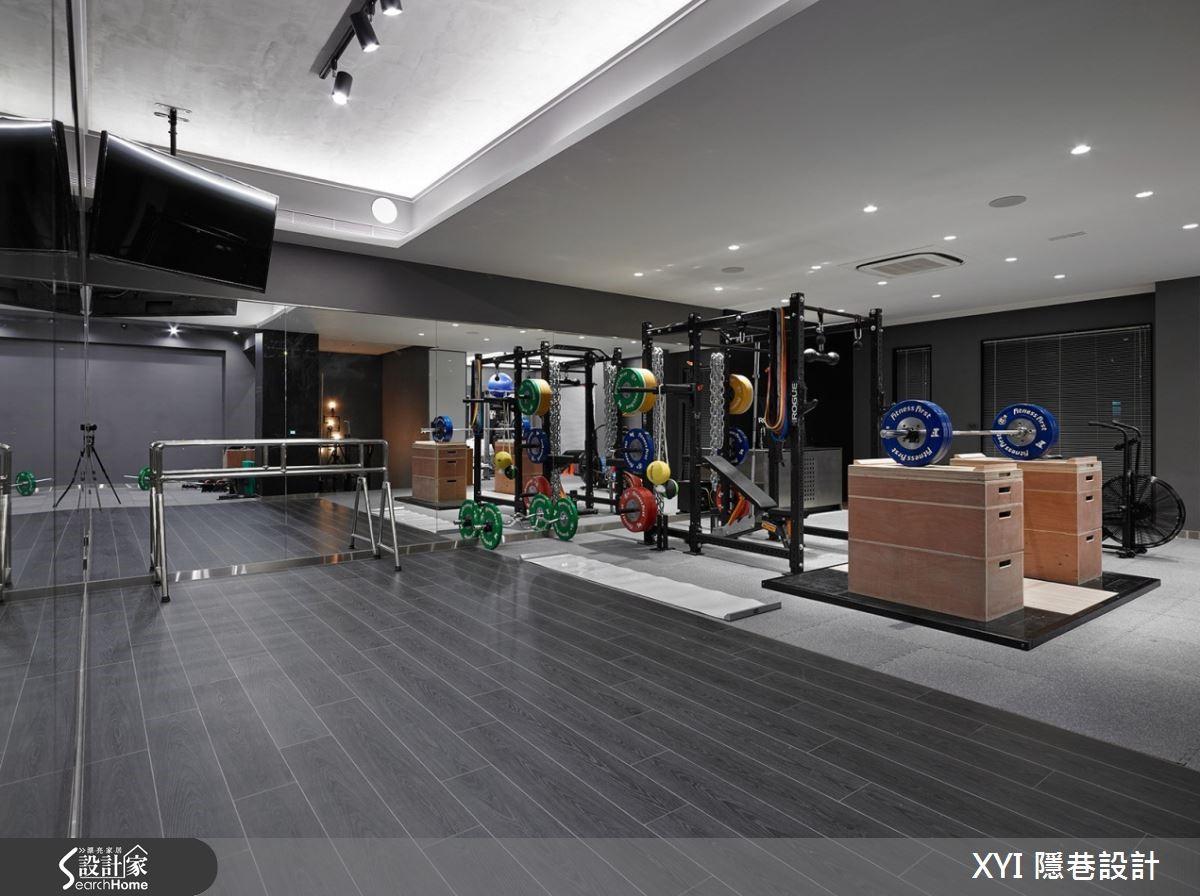 健身房採用強化的耐震地板與木紋磚規劃,營造極簡氛圍。
