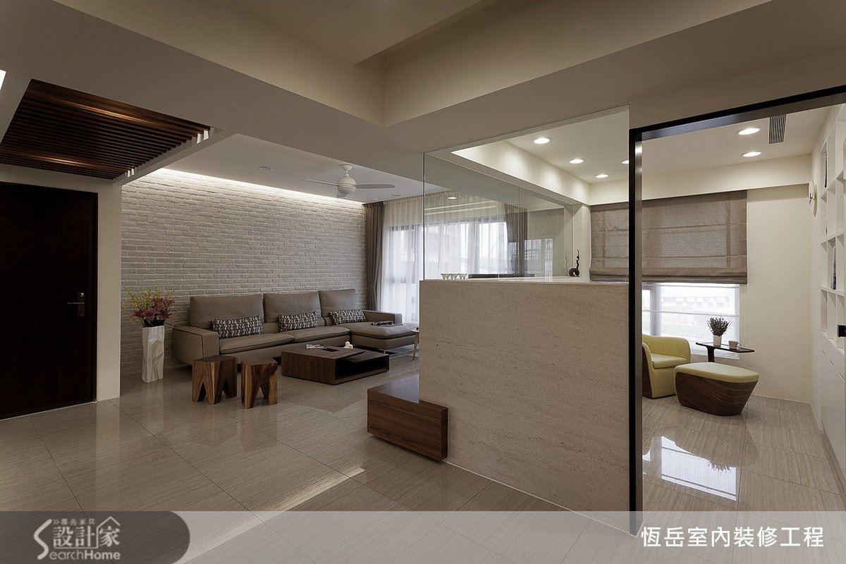 工作室使用半高牆與玻璃隔間,使與客廳餐廳的穿透性良好。