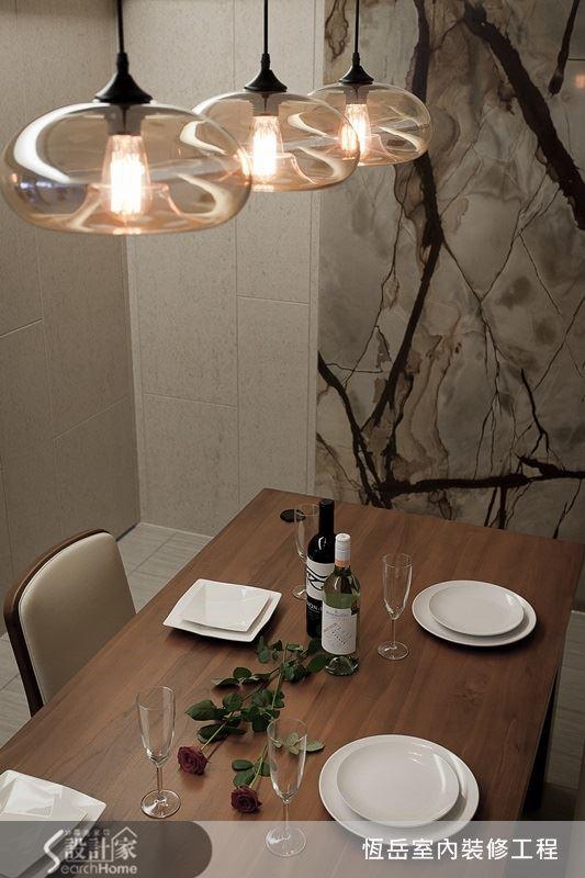餐廳加入壁紙營造氛圍。