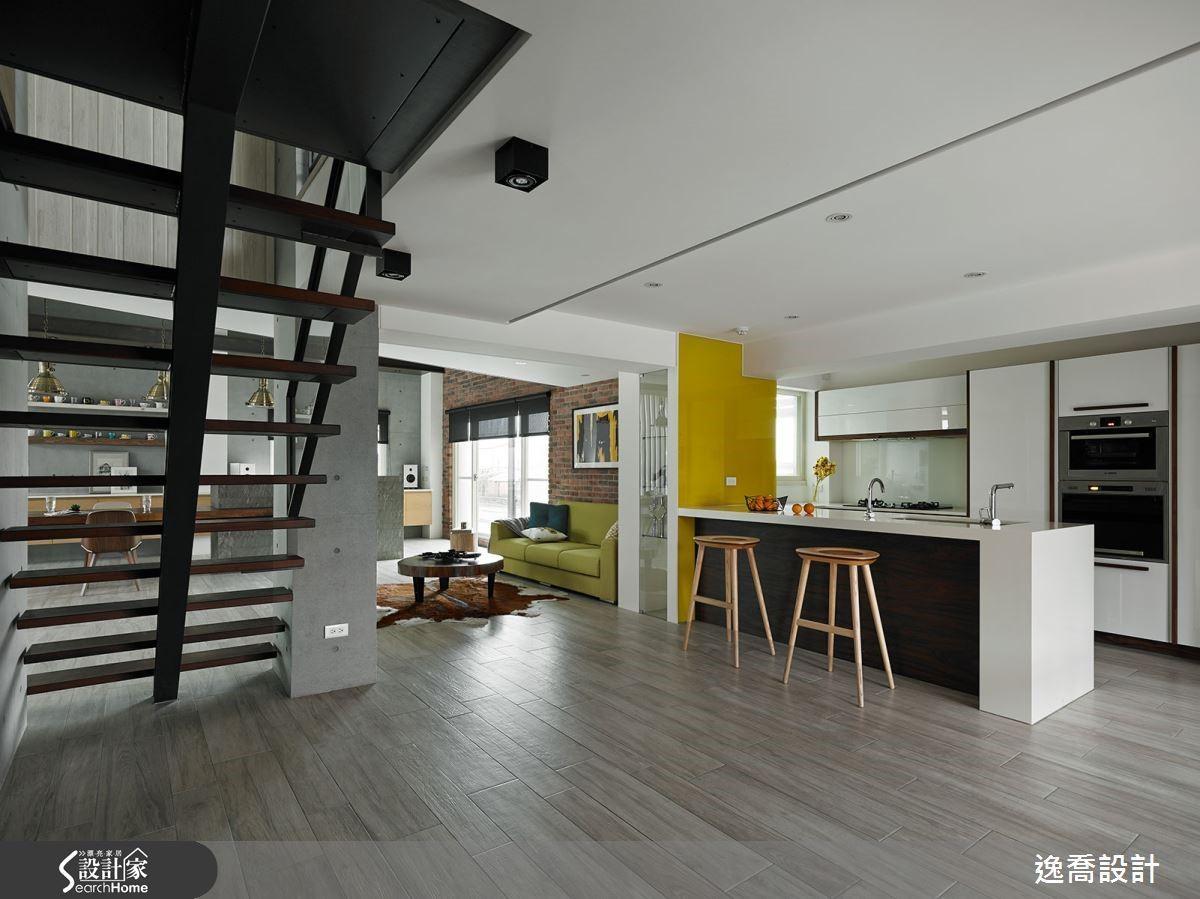 原本封閉的廚房改造為開放式格局,樓梯也改以鏤空設計取代原本的水泥材質,讓採光能夠更均勻進入空間。
