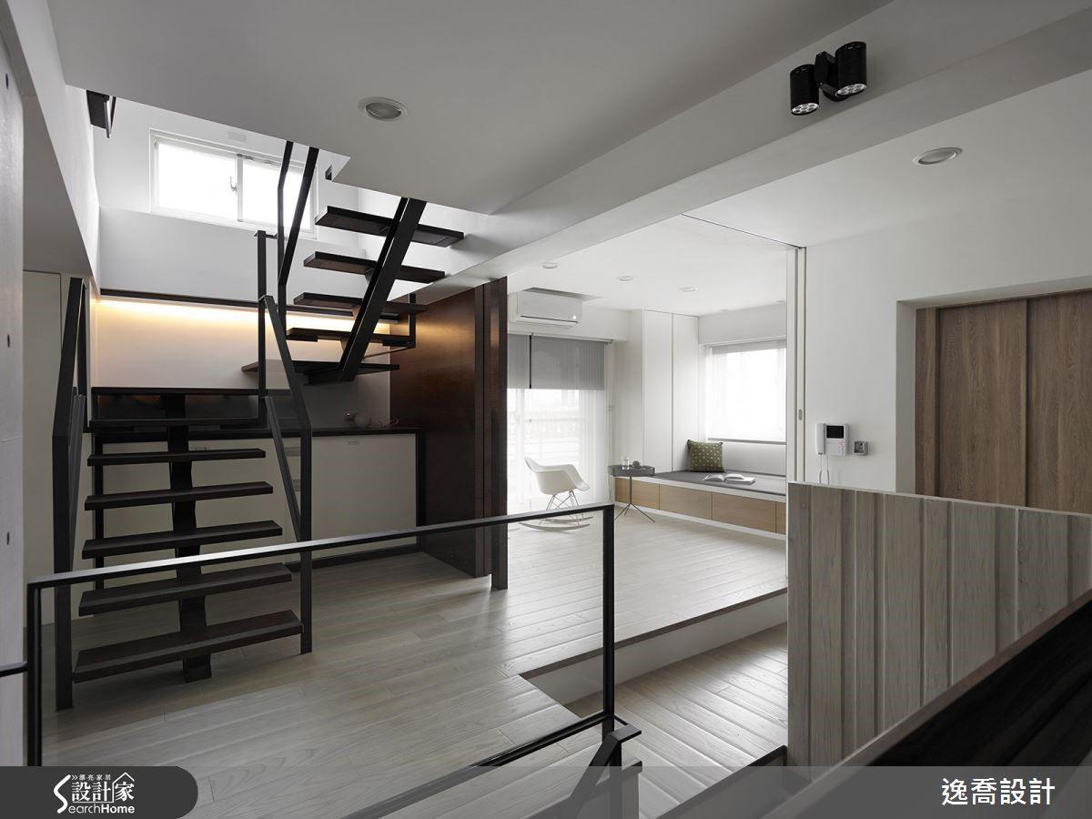 二樓利用樓梯旁的區域安排起居空間,並增加活動式拉門,平常維持開放寬敞視野,有客人來訪需住宿時,關上拉門就是舒適的客房。
