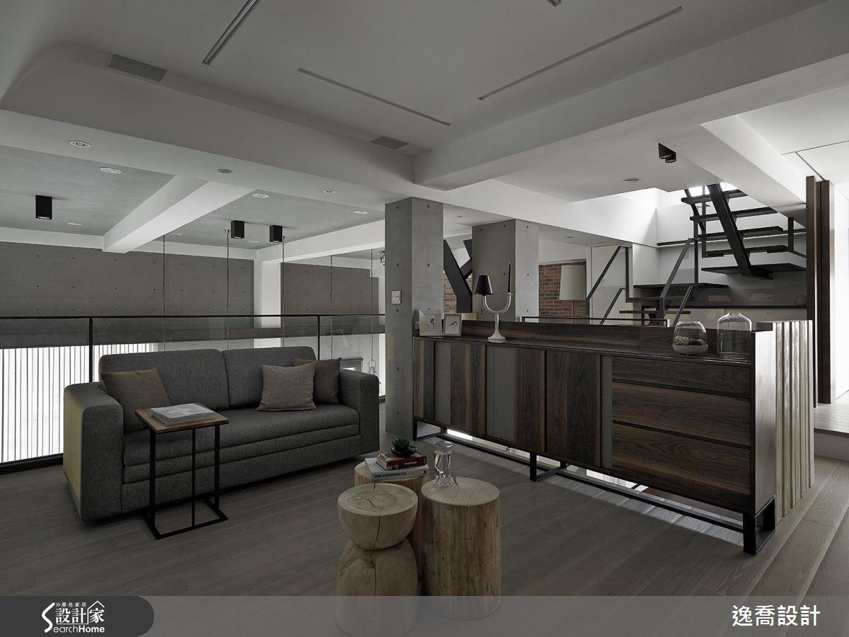 此處為屋主最愛的專屬聆樂空間,溫潤的仿舊木材質感櫃體讓空間顯得穩重優雅,同時也呼應了一樓的設計元素。