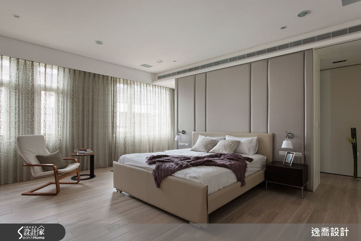 主臥室以淡雅的白色為主要調性,融合茶鏡、裱布、皮革與不鏽鋼鏡面等異材質交織出低調而典雅的美感,打造屋主夫妻所喜愛的新古典風格。