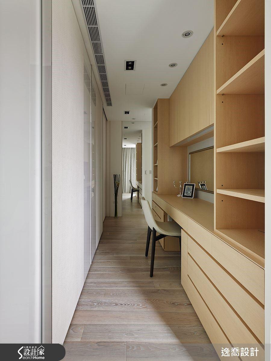 主臥室床頭牆面後方為更衣室,充足的櫃體設計讓收納工作變得更加順手。