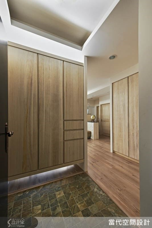 於入口旁設立一道玄關櫃,讓空間動線更清楚。
