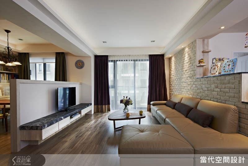 利用落地窗引入明亮採光與戶外景觀,也是讓空間感放大的一項手法。