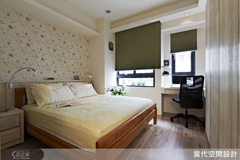 床頭背牆採用清新的碎花壁紙,營造優雅又溫和的空間氛圍。