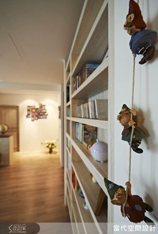 書櫃上懸掛著女主人所收藏的玩偶吊飾,與整體書櫃的質感很是相襯,從這樣的小細節也可看出設計者與居住者之間的美感品味真的很「麻吉」喔!
