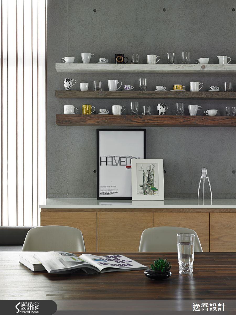 牆上的層架以實木打磨出粗糙紋理,映襯著仿清水模牆更顯自然。