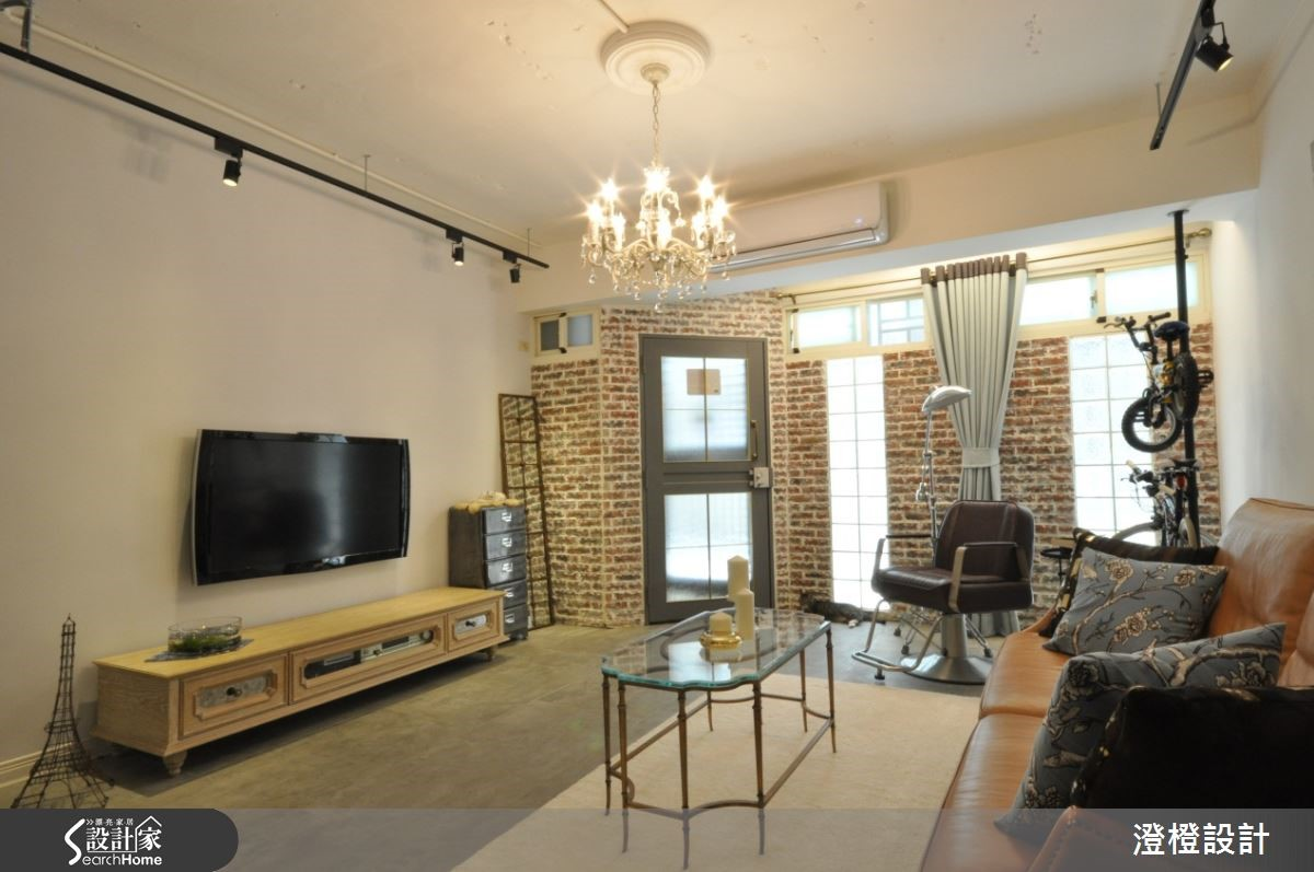 客廳保留原來舊有的紅磚牆面,以 Loft 風格為基底混搭法式風格線條,