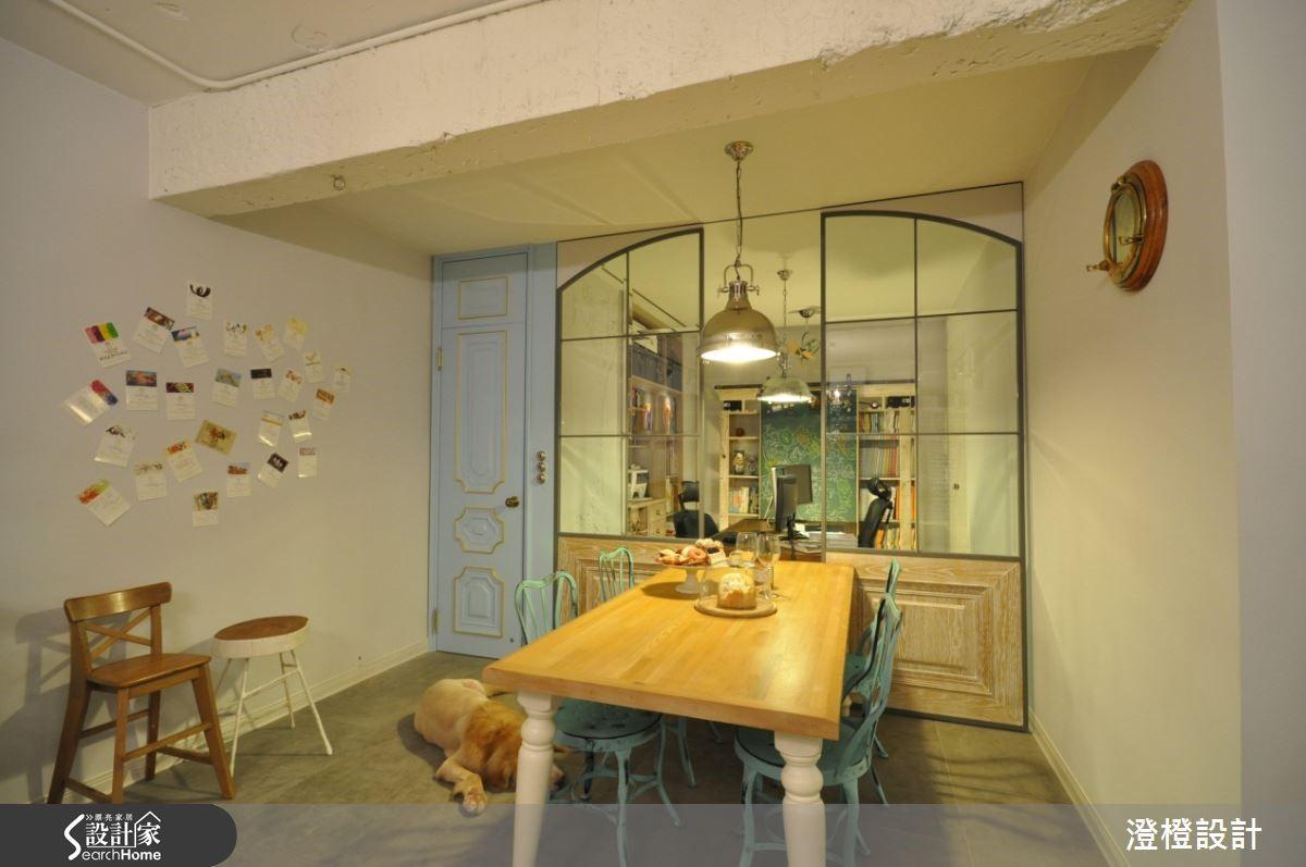 打掉一面牆的手法,讓原本餐廳和次臥房的位置打通後,保留具紀念價值的餐桌,將這個空間作為開放式餐廳兼書房使用,並運用軌道在上方的透明拉門,既能做為遮蔽書櫃也可以藉由移動作為暫時性隔屏。