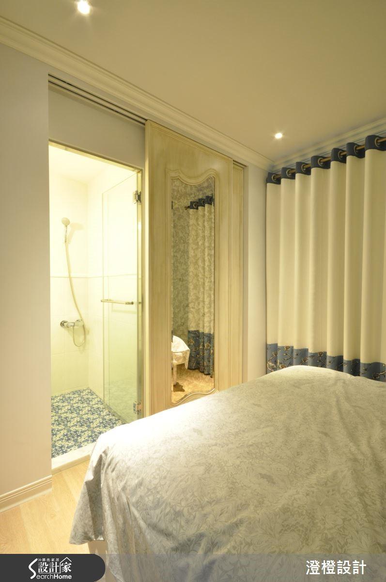 主臥房在更動房門位置後,豐富了主浴空間與更衣室機能,讓格局動線都更加人性化,風格設定上則承襲了公共空間的法式輕古典浪漫情懷,讓主臥房成了最佳休憩的場域。