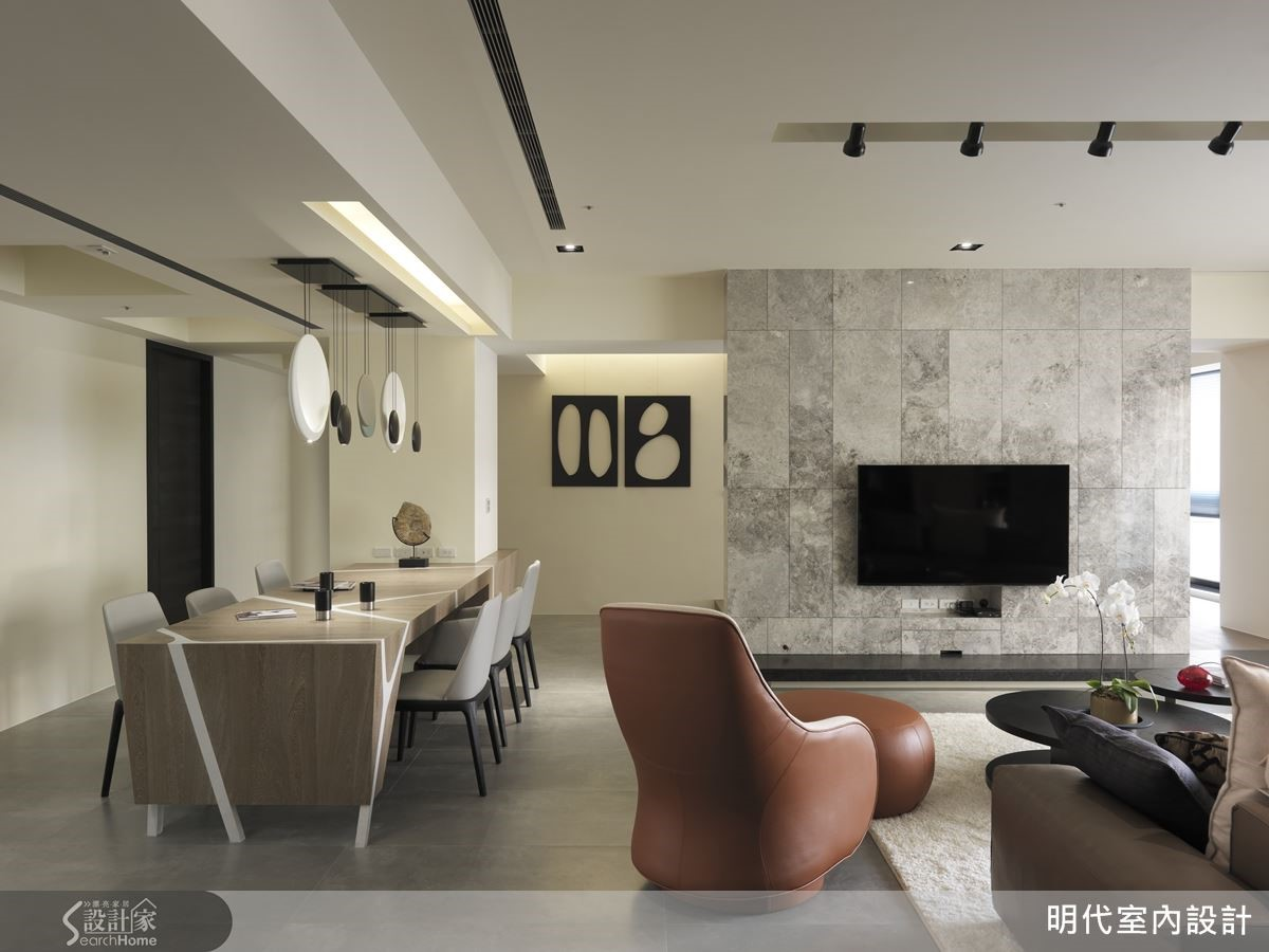 巧妙利用長達五米的長餐桌,將入門見結構柱的空間缺陷,轉化為設計亮點,讓家的表情與眾不同。