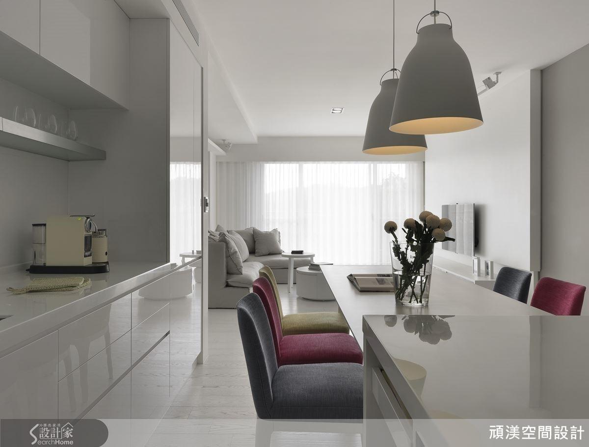 彩色的餐椅以點狀色彩來激發空間活力,讓簡約白色的居家更有溫度。