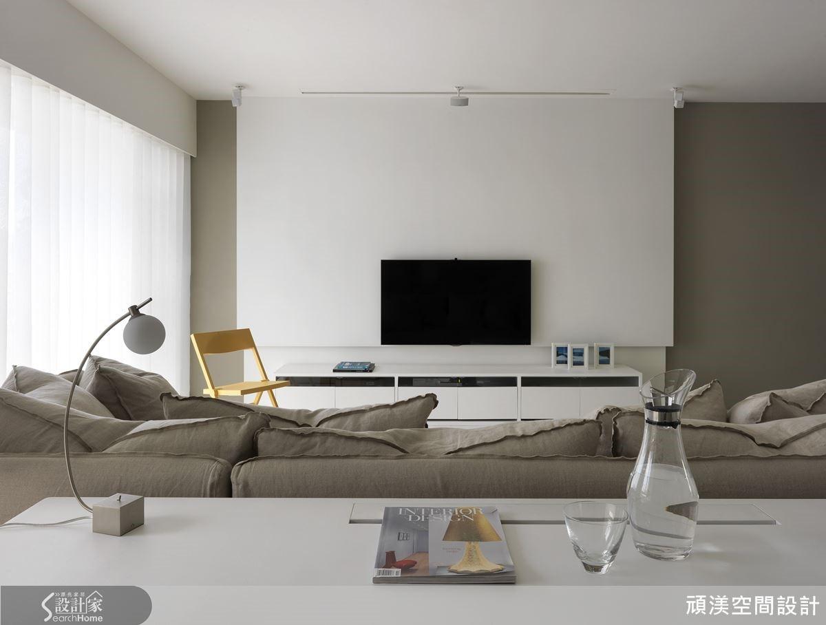 彈性開放的書房,讓米灰色沙發得以更寬鬆地享有大空間,完整表達白色主題的無拘束感。