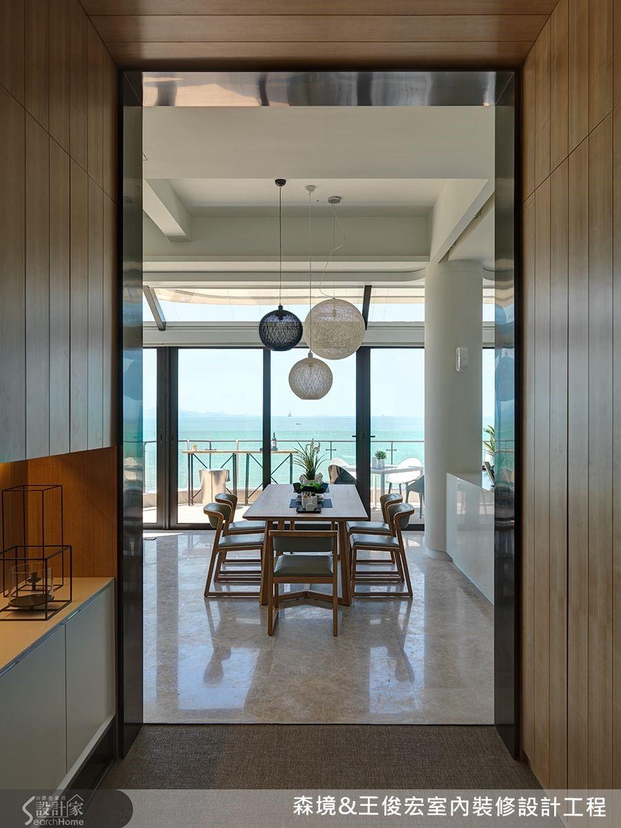 玄關轉向,及頂的門框,讓海天一色的美景如詩如畫。