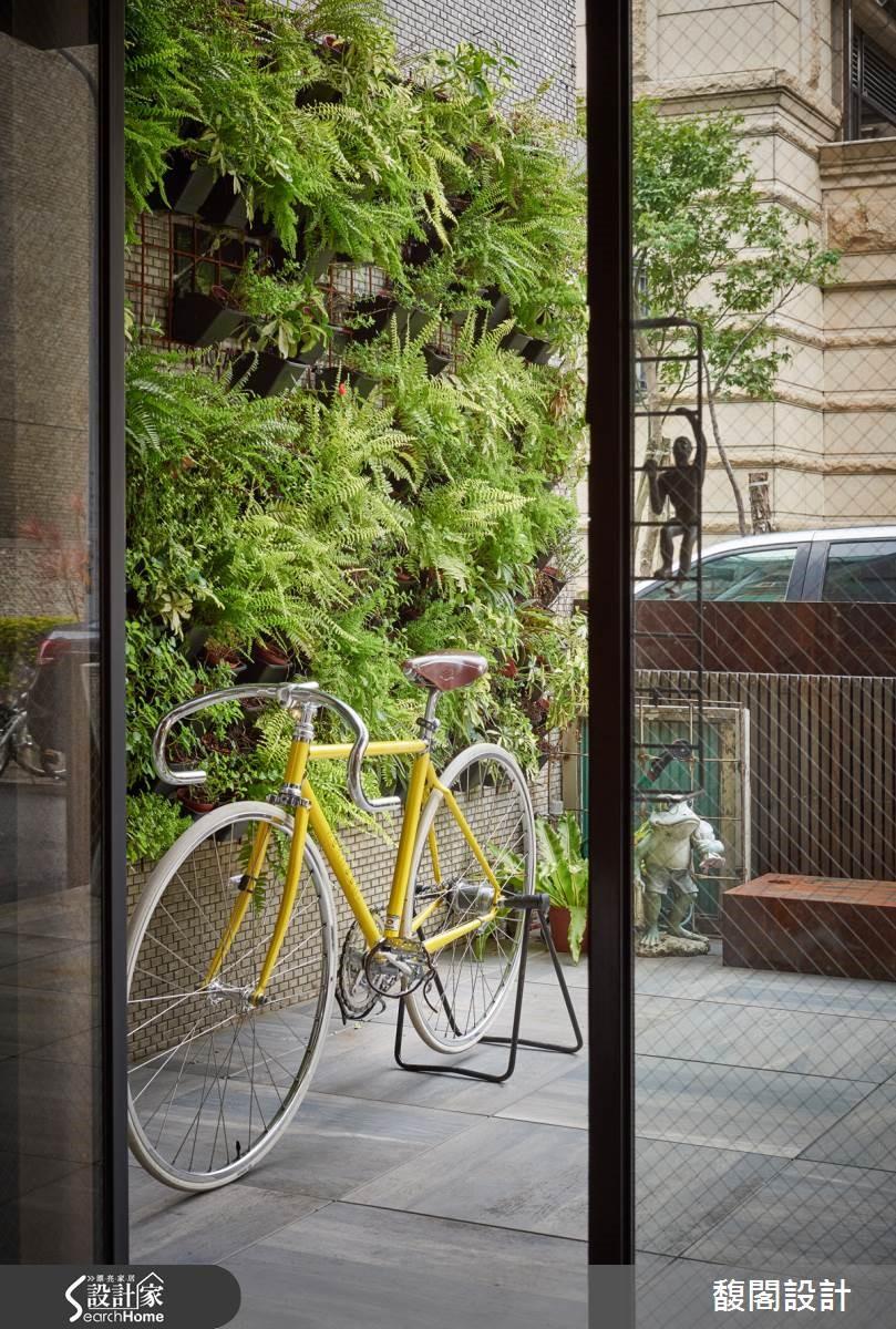 鐵板成為植生牆,打造遮蔽隱密感,並透過共同栽種的植生牆,提升辦公情誼,達到舒壓效果。