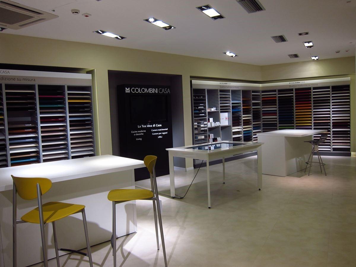 Colombini CASA 綜合旗艦店內簡潔俐落的洽談區。