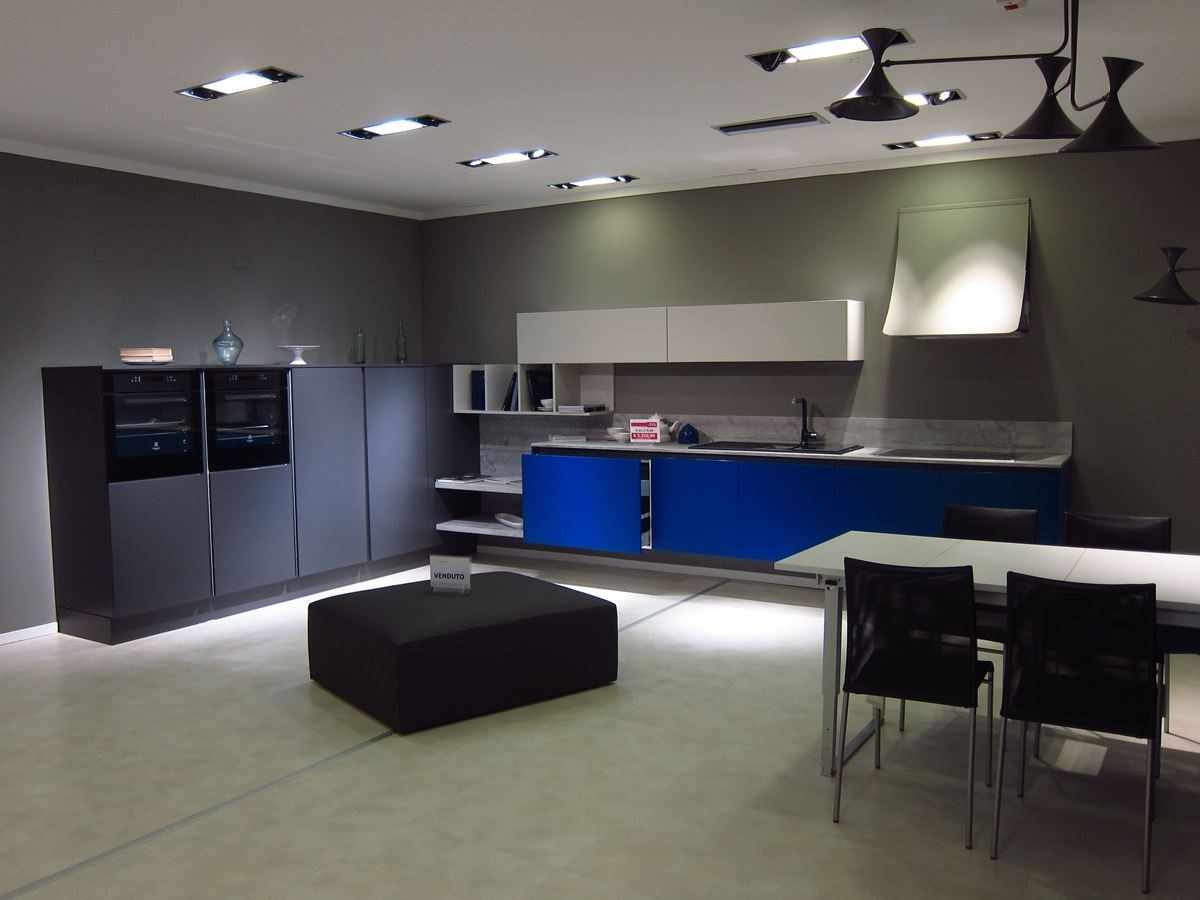Colombini CASA 品牌旗艦店內以情境式概念設計餐廚區的展示空間。