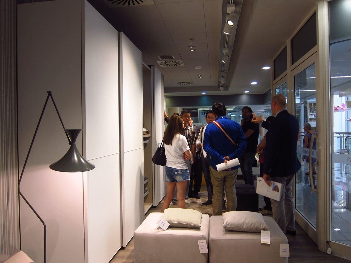創空間團隊在 Colombini CASA 接待人員引導下,參觀綜合旗艦店。