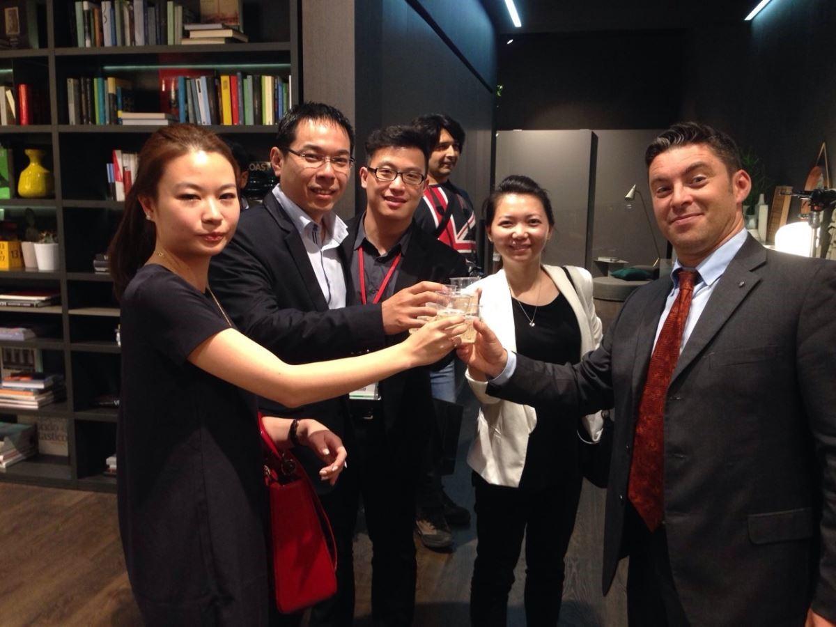 2015年米蘭展,台灣創空間團隊由集團副總李冠緯率領參訪。( 圖為創空間團隊在 Colombini CASA 展場與亞洲區負責人合影)