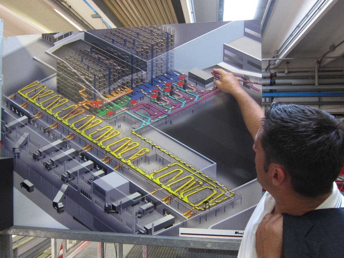 Colombini CASA 亞洲區代表向代理商們解說工廠垂直整合的流程,包含生產、組裝、出貨、運輸系統等。