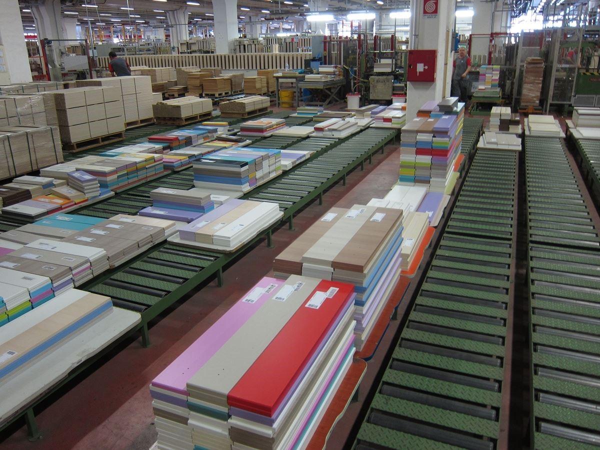 五顏六色的系統板材在義大利工廠生產製造,不僅提供消費者更多客製化選擇,也讓設計師能有更多的發揮空間。