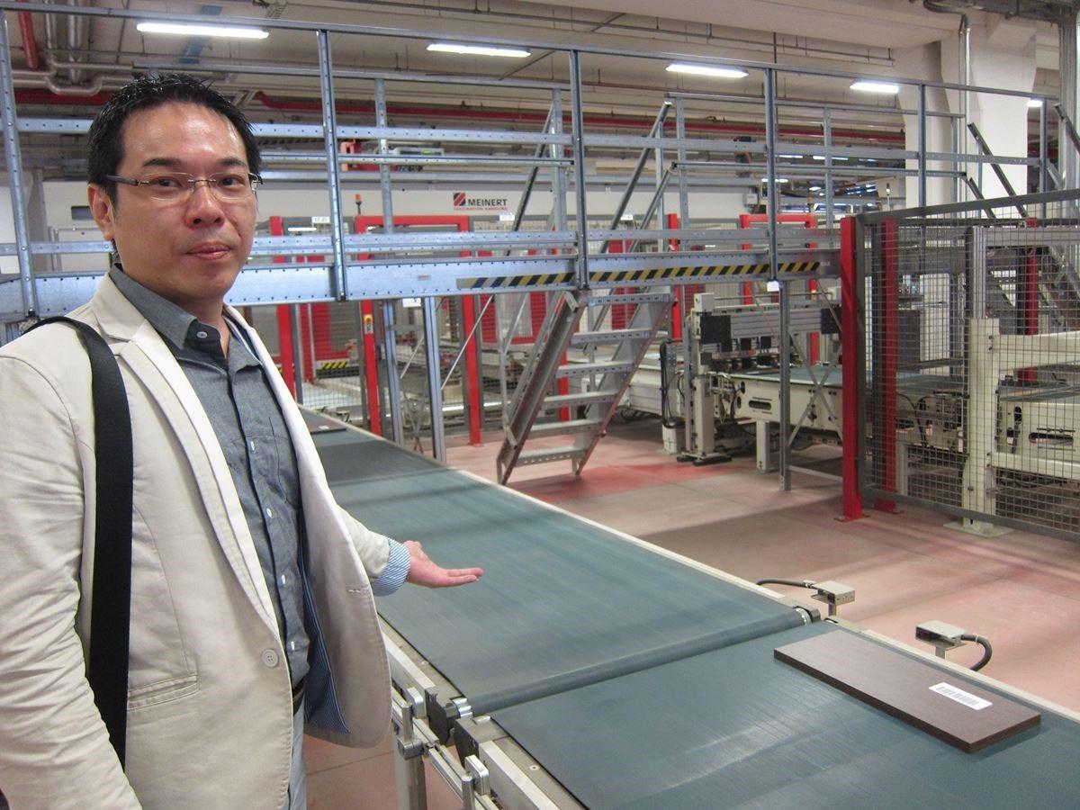 熟悉台灣系統櫥櫃產業的創空間副總李冠緯表示,在 Colombini CASA 工廠每一塊板材都有自己專屬的條碼,經過掃描即分流送往不同區域繼續下一個生產流程,透過精密的電腦運作確保品管。