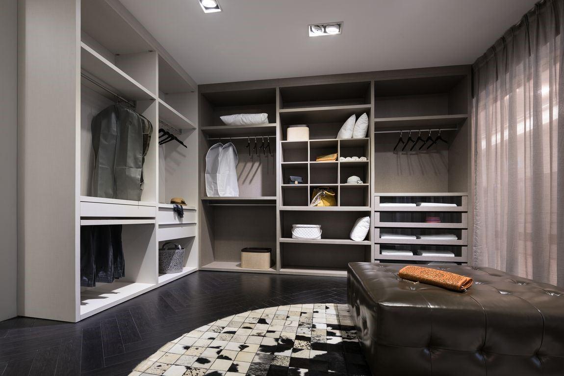 寬敞的衣帽間,隨著穿衣整戴的需求不同,量身訂做收納空間,機能強大。單色系的整體空間,僅以地墊點畫,讓屋主的衣著成為整個空間的主角。