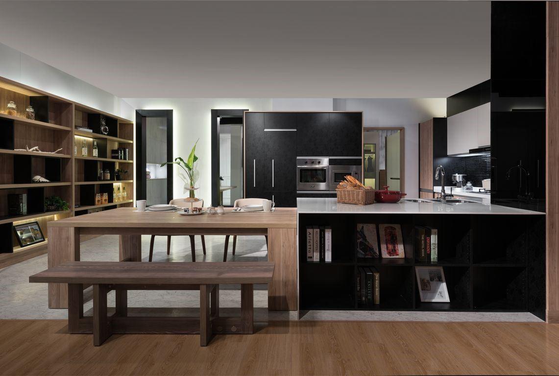開放式餐廚空間,檯面既是中島也是餐桌的延伸,一邊是餐具櫃、一邊是書櫃,多功能的櫃體,功能超強。側邊的落地展示櫃以及整面崁入式的電器櫃,都讓餐廚的重要性與美感大幅提升。木質色的餐桌與展示櫃、葡萄藤黑的中島與電器櫃兩兩相互呼應,兼具美感與機能。