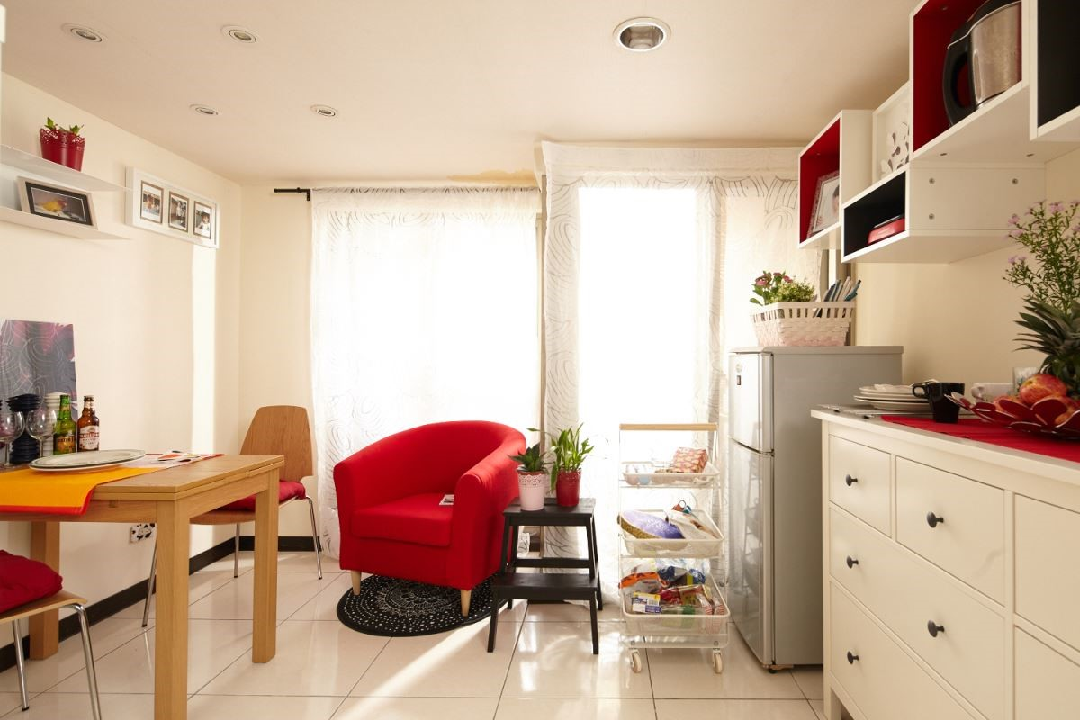 選用極簡、跳色的家具家飾不僅活潑了居家空間,也營造出都會時髦的空間調性。 攝影_黃暉中