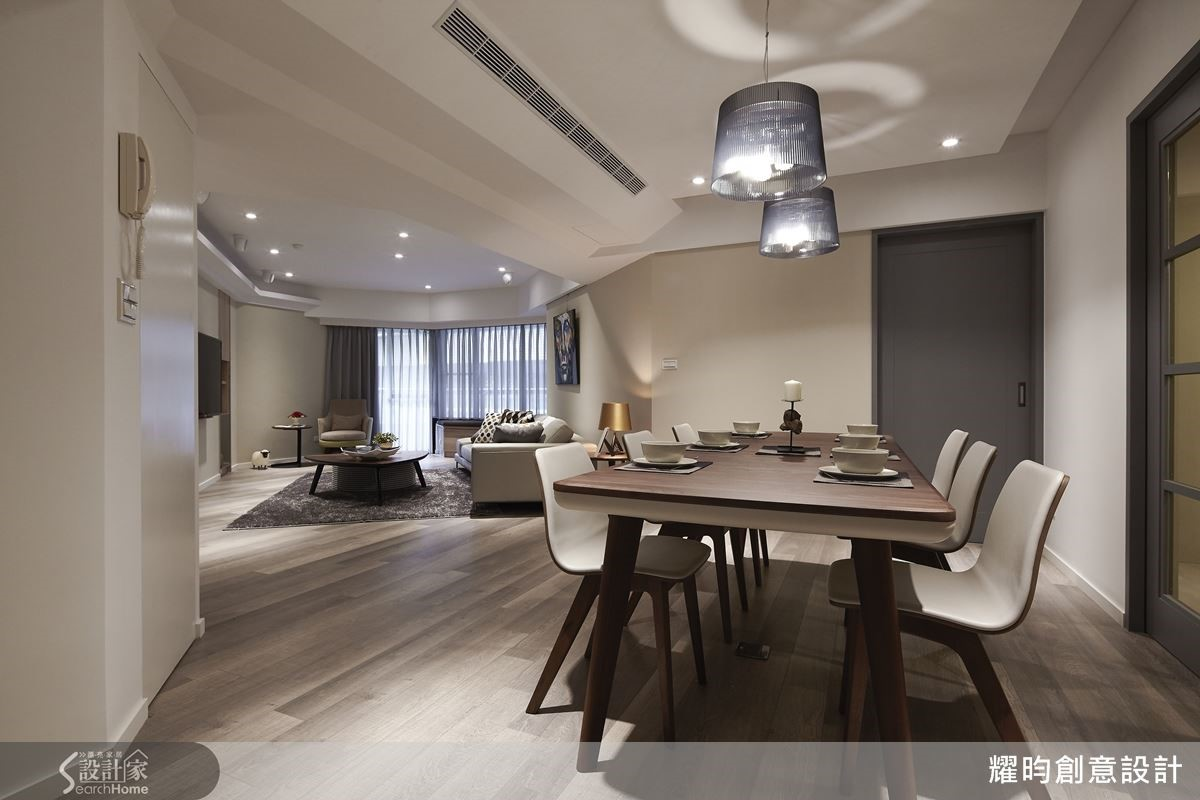 刻意把客廳拉成斜角,不再正面呆板的面對電視牆,牆兩側多出的空間成為隱形儲藏室與展示櫃。
