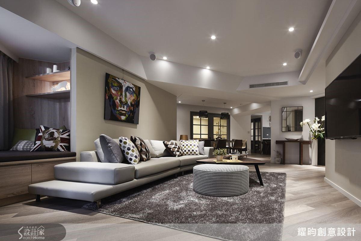 打破方正隔間,動線變得流暢而有層次。沙發後的區塊打造成臥榻區,成了小朋友遊戲或休息的好地方。