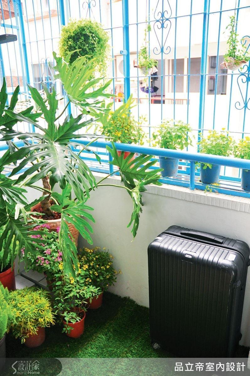 為了消減房子外圍棟距狹窄造成的侷促,以接近天空的藍、白配色,將陽台鐵窗重新粉刷,並舖上鮮綠的人工草皮加上綠色植栽,讓人一進門就能感受到公寓欣欣向榮的氣息,也讓空間有了緩衝。