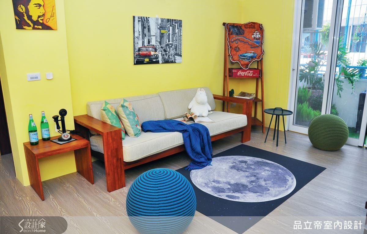 客廳以鮮明的藍、黃及原木色為主色調,簡單的一字型沙發、圓滾滾的坐墊及色彩飽和的牆面裝飾,空間中彷彿隱藏著來自美洲的民族樂曲,帶來十足躍動的熱情氛圍。