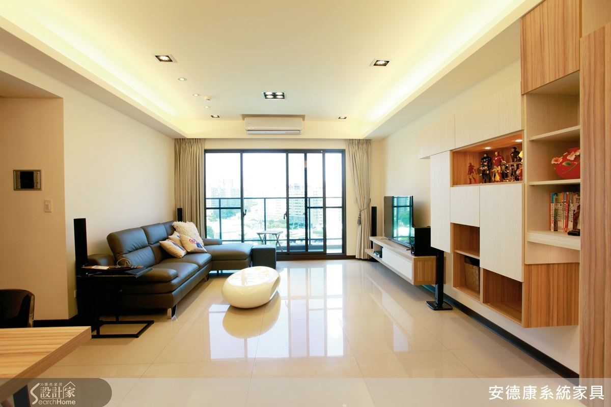 清爽的淺色系空間,以些許深色家具點綴,搭配百搭的木紋系統櫃,營造清新簡約的居家風情。