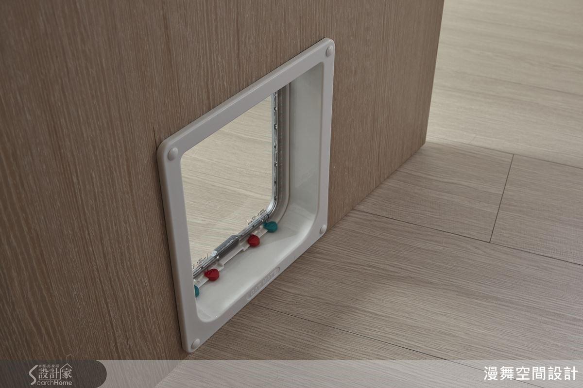 設計師聰明的在門片下掛上鈴鐺,讓小小的鈴聲提醒主人:「貓皇駕到~!」
