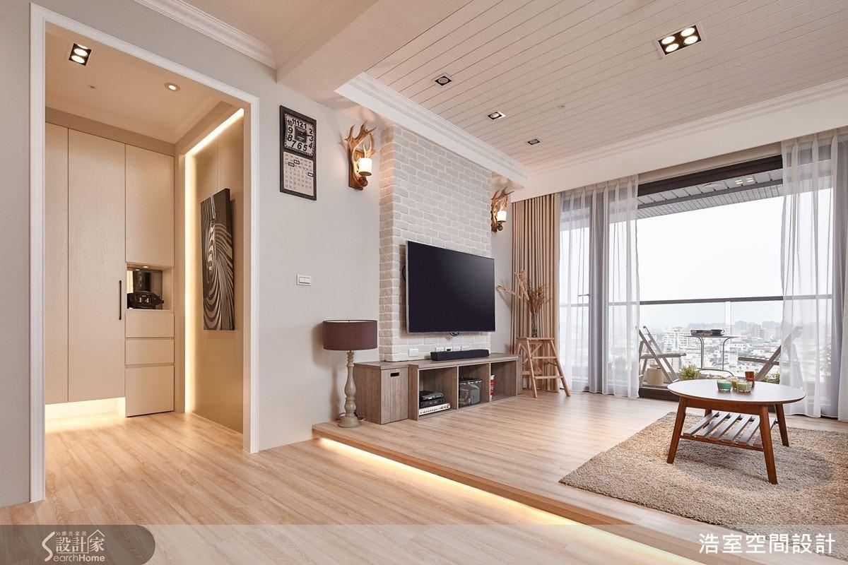 客廳刻意採取架高木地板的設計來界定區域,下方加設的燈光更讓空間有種難以言喻的細膩溫暖。