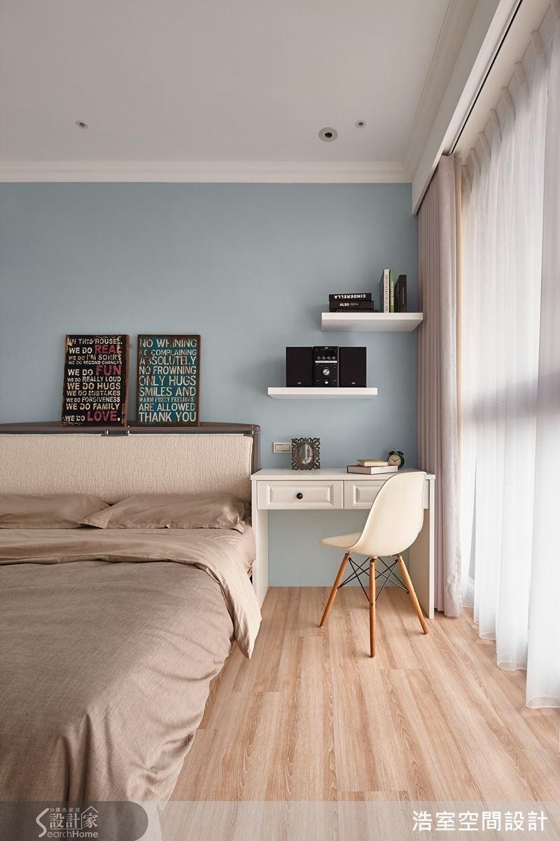 主臥室以清新的灰藍色打底,創造出舒適紓壓的純粹睡眠空間。