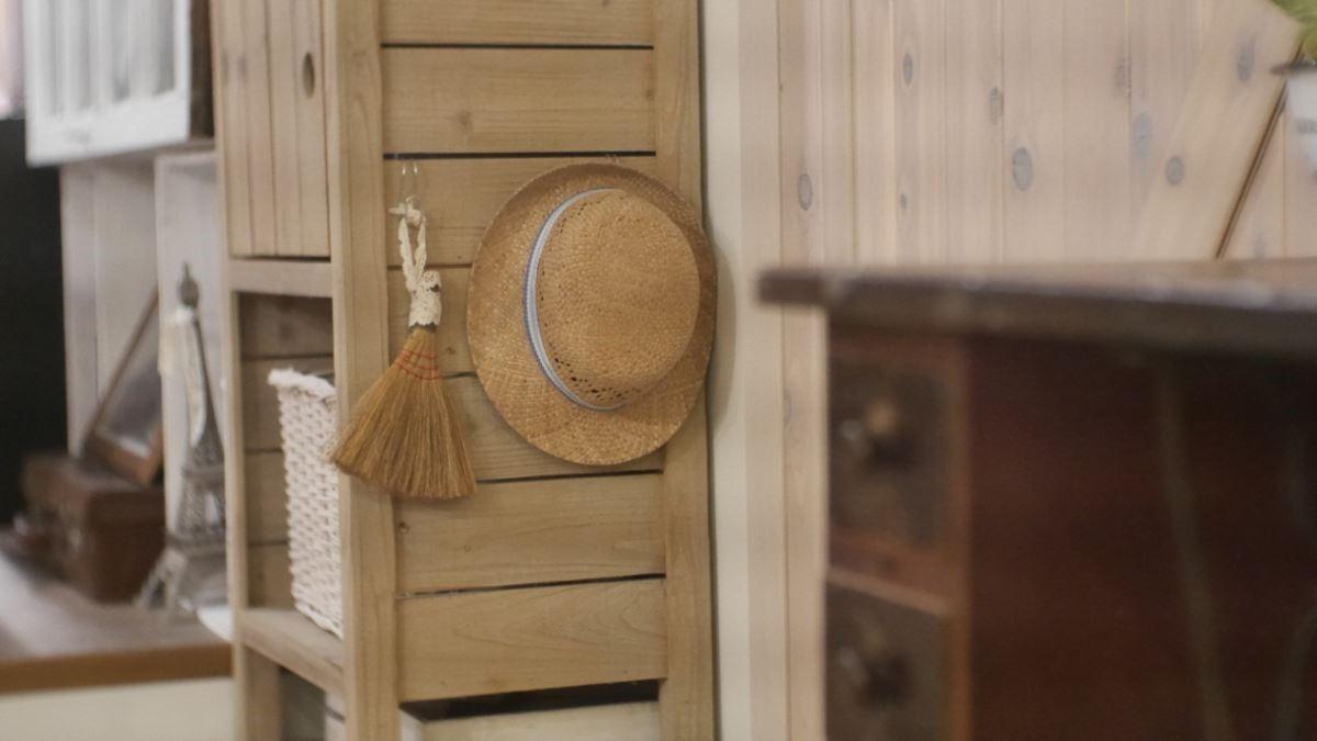 物品就要放在使用場所:家的鑰匙、外出衣帽、掃帚等都放在門邊,一個動作就能拿取;當收納方式像空氣般存在,收納習慣便會成自然的動作,成為全家人的事。圖片提供_叢書編輯部、安格斯