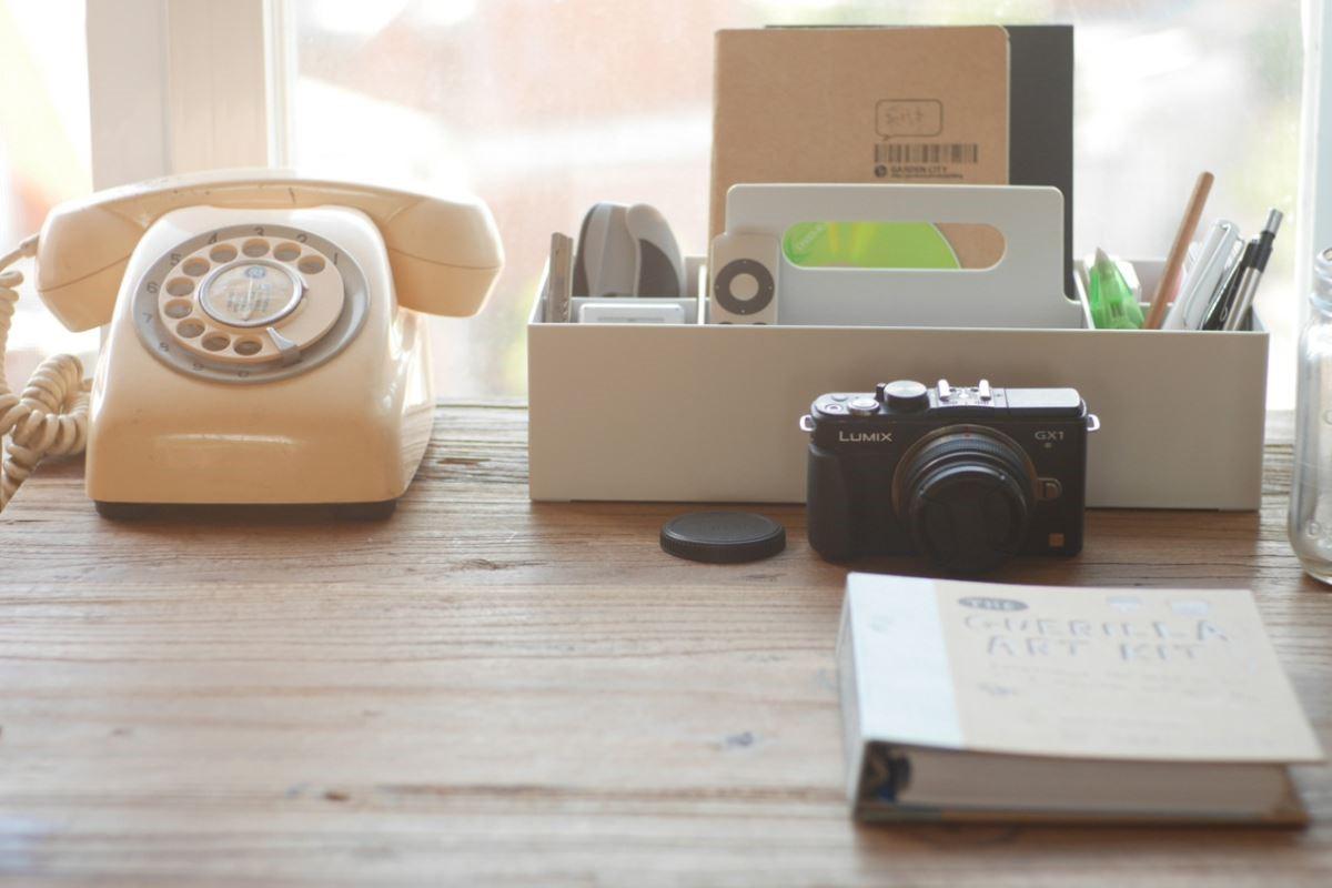 工作室與工作桌的收納,依照使用頻率來決定物品擺放位置,將關聯性的東西分門別類,抽屜專門用來收納文具用品與名片、文件等工作方面的物品。圖片提供_叢書編輯部、安格斯